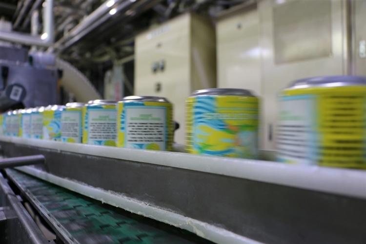 充填されラインを流れていくクラフトビール